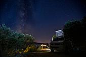 Camping in Brac mit Campervan VW Bus bei Nacht unter Milchstraße, Brac Kroatien\n