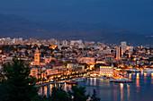Leuchtende Skyline von Split am Abend bei Nacht, Kroatien\n