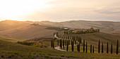 Agriturismo Baccoleno in der Toskana im Herbst bei Sonnenuntergang, Italien\n