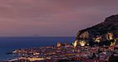 Skyline der Stadt Cefalu bei Sonnenuntergang, Sizilien, Italien