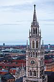 Turm des Rathauses der Stadt München am Abend\n