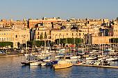 Abendsonne, Ortigia (Ortygia), Blick vom Meer auf den kleinen Hafen, Syrakus (Siracusa), UNESCO-Weltkulturerbe, Sizilien, Italien, Mittelmeer, Europa