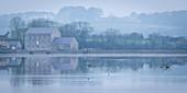 Carew Tidal Mill, an einem nebligen Frühlingsmorgen, Pembrokeshire, Wales, Vereinigtes Königreich, Europa