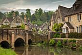 Das malerische Cotswolds-Dorf Castle Combe, Wiltshire, England, Großbritannien, Europa