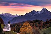 Wallfahrtskirche Maria Gern mit Blick auf Watzmann im Herbst, Berchtesgaden, Bayern, Deutschland