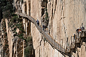 After the suspension bridge, which is located at a height of 105 meters, the hikers must climb the last steep wooden staircase on a steep wall. From here you have a view of the El Chorro hydropower plant.