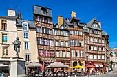 Frankreich, Ille et Vilaine, Rennes, historisches Zentrum, Place du Champ Jacquet, Fachwerkhäuser aus dem 15. Jahrhundert mit der Statue von John Leperdit (Bürgermeister von Rennes während der Revolution)