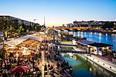 Frankreich, Paris, Quai François Mauriac, Strandrestaurants im Sommer entlang der Seine, im Vordergrund Vagalame Restaurant