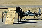 Counseling by a street artist on Venice Beach, California, USA