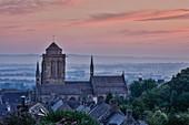 Frankreich, Finistere, Douarnenez, Blick auf die Dächer einer Kirche und Häuser im Morgennebel
