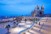 Frankreich, Bouches-du-Rhône, Marseille, Gebiet von Euroméditerranée, La Joliette-Viertel, Place des Arts und Euromediterranee-Boulevard, Terrassen und Gewölbe der La-Major-Kathedrale La Major (19. Jahrhundert), im Hintergrund der Turm CMA CGM, Architektin Zaha Hadid