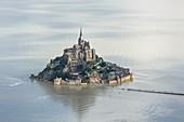 Frankreich, Manche, Le Mont Saint Michel, UNESCO Weltkulturerbe, der Berg bei Flut (Luftaufnahme)