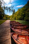 Ruderboote aus Holz im Nationalpark Plitvicer Seen, Kroatien