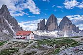 Drei Zinnen Hütte mit Blick auf Paternkofel und Drei Zinnen Gipfel in den Dolomiten am Tag, Südtirol