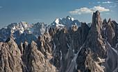 Berglandschaft in den Dolomiten unterhalb der Lavardo Hütte bei den Drei Zinnen am Tag, Südtirol