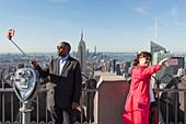 Touristen machen Selfie auf der Panorama-Terrasse vom Rockefeller-Zentrum, Midtown, Manhattan, New York City, New York, Vereinigte Staaten, USA