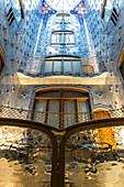 LIGHT WELL, WINDOWS AND BLUE MOSAICS, CASA BATLLO BY THE ARCHITECT ANTONIO GAUDI, PASSEIG DE GRACIA, BARCELONA, CATALONIA, SPAIN