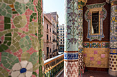 MOSAIC COLUMNS ON THE BALCONY OF THE SMALL SALON, PALAU DE LA MUSICA CATALANA (PALACE OF CATALAN MUSIC), ARCHITECT DOMENECH I MONTANER, BARCELONA, CATALONIA, SPAIN