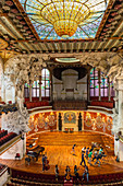 STAGE OF THE CONCERT ROOM AND CUPOLA OF THE BIG CENTRAL STAINED GLASS BY ANTONI RIGALT I BLANCH, PALAU DE LA MUSICA CATALANA (PALACE OF CATALAN MUSIC), ARCHITECT DOMENECH I MONTANER, BARCELONA, CATALONIA, SPAIN