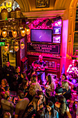 LIVE MUSIC, INTERIOR OF THE PUB RESTAURANT MERCHANT'S ARCH, TEMPLE BAR, DUBLIN, IRELAND