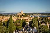 Blick auf das Dorf und den Barberousse Turm, Pech des Moulins, Gruissan, Aude, Frankreich