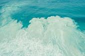 Surfer im Wasser an der Bucht von Boodjedup am Margaret River, Westaustralien, Australien, Ozeanien