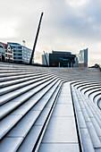 Die Treppenstufen der Promenade am Hamburger Hafen mit der Elbphilharmonie im Hintergrund, Neustadt, Hamburg, Deutschland