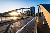 Die menschenleere Niederbaumbrücke, die Straße in die Hafencity zum Sonnenaufgang, Hamburg, Deutschland