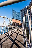 Eine moderne Brücke am Grasbrookhafen mit Blick auf die Elbphilharmonie, Hafencity, Hamburg, Deutschland