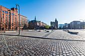 Der leere St. Annenplatz in den frühen Morgenstunden, die Grenze zwischen Hafencity und Speicherstadt, Hamburg, Deutschland