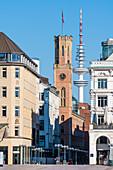 Der Turm der alten Post in der Poststraße mit dem Heinrich-Hertz-Fernsehtrum im Hintergrund, Neustadt, Hamburg, Deutschland