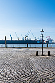 Der leere Fischmarkt mit dem Dock 11 von Blohm und Voss im Hintergrund, Altona-Altstadt, Hamburg, Deutschland