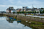 Quai Peneroff with boats in the bay and city center of Concarneau, Concarneau, Arrondissement Quimper, Departement Finistere, Brittany, France, Europe