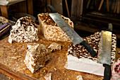 Bretonische Spezialität Nougat mit Honigkaramell und Butter auf großem Holzbrett, Rochefort en Terre, Departement Morbihan, Bretagne, Frankreich, Europa