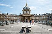Blick von der Fußgängerbrücke Pont des Arts zum Institut de France im Sommer, Paris, Frankreich, Europa