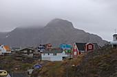 Sisimiut, bunte Holzhäuser und tiefhängende Regenwolken, im Hintergrund Berg Nasaasaaq, Westgrönland, Grönland
