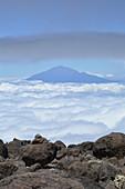 Tansania, Ostafrika, Mount Meru im Wolkenmeer, Blick vom Kilimandscharo auf den Gipfel