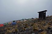 Kilimandscharo, Besteigung auf der Machame Route, vierte Etappe, Karanga Camp, schlechtes Wetter, Toilettenhäuschen