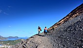 Paar auf dem Weg zum Vulkan mit Blick auf Lipari, Insel Vulkano, Liparische Inseln, Süd- Italien