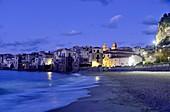 Abends am Strand von Cefalu mit seinen alten Uferhäusern, Nordküste, Sizilien, Italien