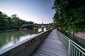 Footpath on the Isar at the Maximilianbrücke with Maximilianbrücke, Munich, Bavaria, Germany