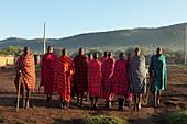 Gruppe von Masai beim tanzen, Nationalpark Masai Mara, Serengeti, Kenia