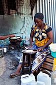 Kenianerin beim Kochen von typischem Chapati, Watamu, Malindi, Kenia