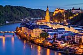 Beleuchtete Stadt Burghausen an der Salzach mit Burg und Kirche, Burghausen, Benediktradweg, Oberbayern, Bayern, Deutschland
