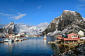Schiff fährt in den Hafen von Hamnoy, Hamnoy, Lofoten, Nordland, Norwegen