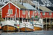 Schiffe im Hafen von Klingenberg, Klingenberg, Lofoten, Nordland, Norwegen