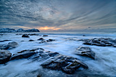 Felsen in der Brandung von Vikten bei Sonnenuntergang, Vikten, Lofoten, Nordland, Norwegen