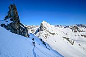 Frau auf Skitour steigt auf zum Hennesiglkopf, Langtauferer Tal, Ötztaler Alpen, Südtirol, Italien
