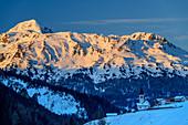 Kirche St. Martin in Pedross vor Elferspitze im Abendlicht, Pedross, Langtauferer Tal, Ötztaler Alpen, Südtirol, Italien