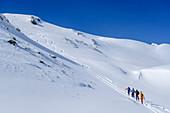 Vier Personen auf Skitour steigen zum Niederjochkogel auf, Niederjochkogel, Kitzbüheler Alpen, Tirol, Österreich